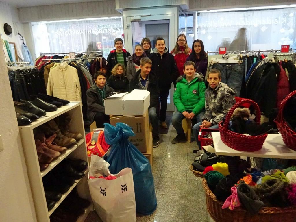 Dank einer von den Schüler*innen der 7. Klasse der Friedrich-Fröbel-Schule durchgeführten Sammelaktion erhielt der Kleiderladen neue Spenden.