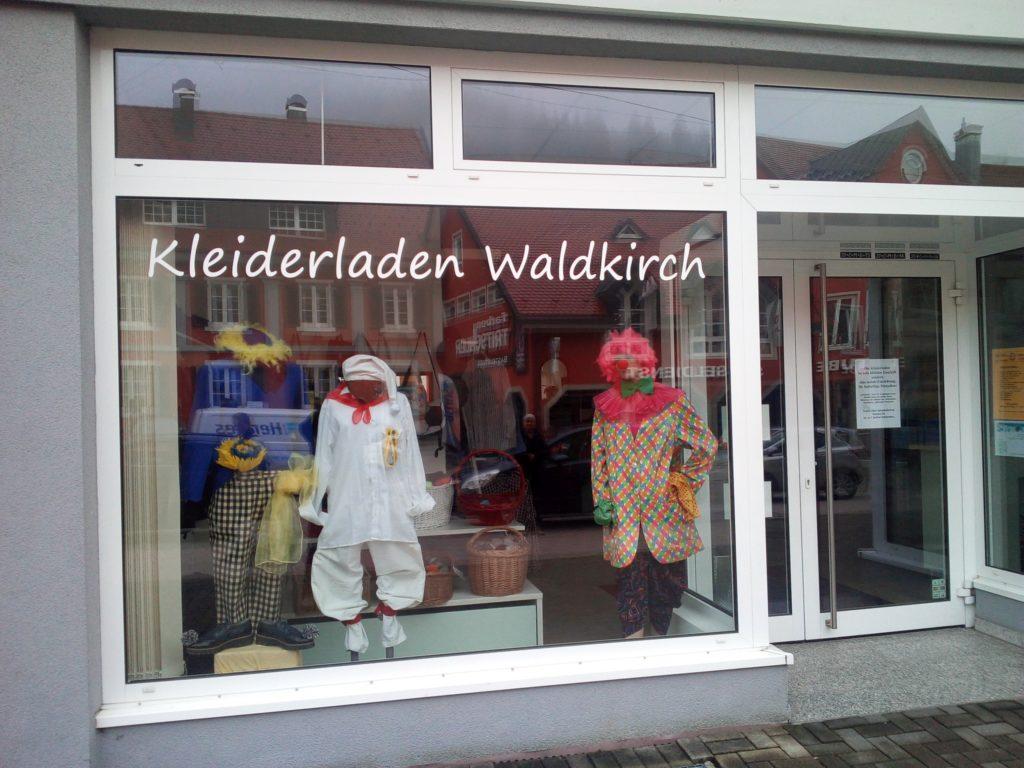 Im Schaufenster des Kleiderladens sind Fastnachtskostüme ausgestellt.